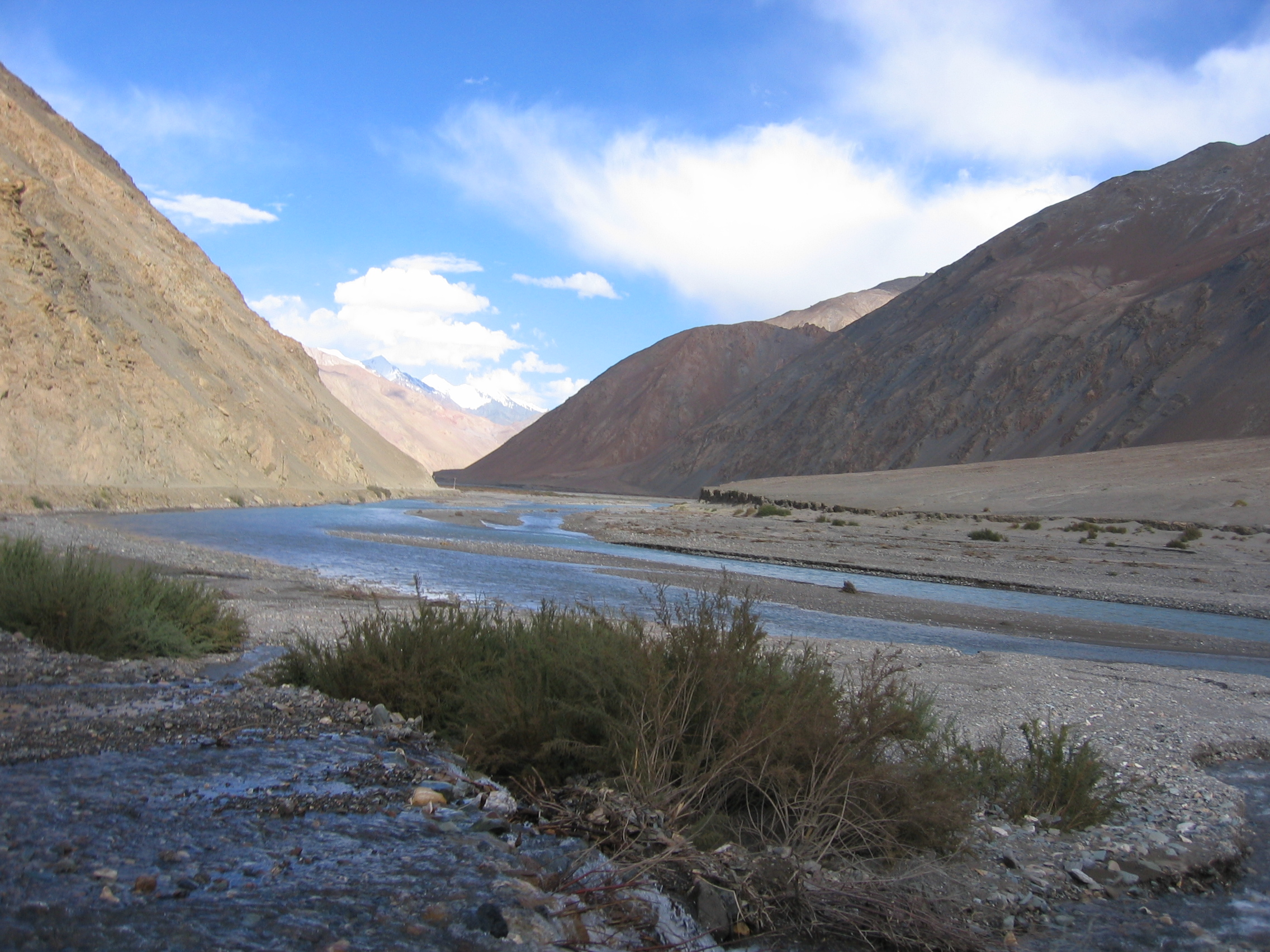 karakash_river_in_the_western_kunlun_shan_seen_from_the_tibet-xinjiang_highway-1